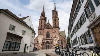 Die Türme des Basler Münsters werden jetzt auf Sicherheitsmassnahmen überprüft.