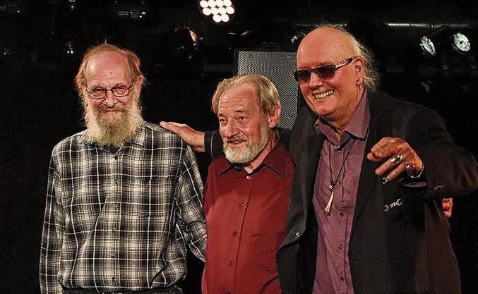 Bassist Rainer «Yemen» Suter und Schlagzeuger Franz «Fräne» Kneubühler begleiteten Gogo Frei bei seiner Buchtaufe (v.l.).