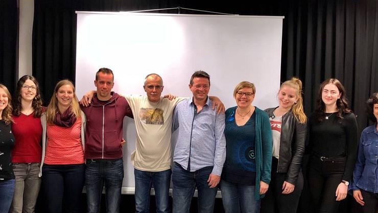 Das neue Ehrenmitglied Aschi Heutschi 5vL mit dem Getu Leiterteam und Präsidentin Elke von Stokar 4vR.