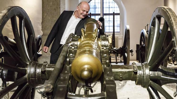 Kantonsbaumeister Roland Mäusli guckt ins Kanonenrohr
