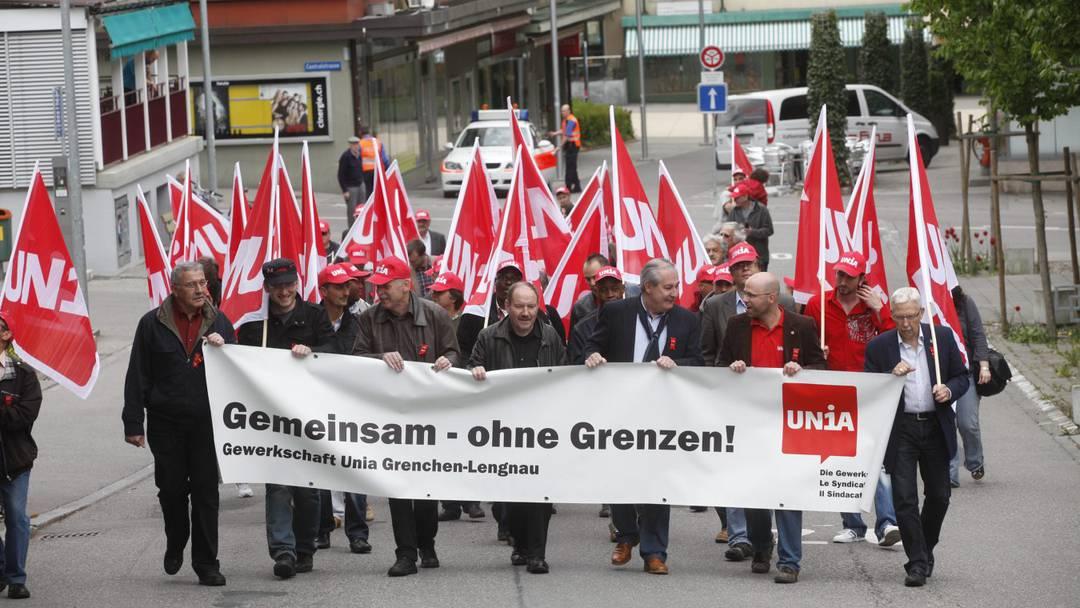 In Grenchen protestierten Beat Jost (Unia), Boris Banga (Stadtpräsident Grenchen) und Nationalrätin Margret Kiener Nellen (SP) am 1. Mai-Umzug vom Zentrum ins Parktheater.