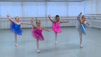 Die vier- bis siebenjährigen Mädchen trainieren hart für ihren Traum.