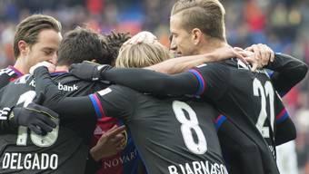 Der FC Basel bejubelt das 1:0 gegen Luzern durch Bjarnason (Nummer 8)