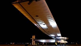"""Das Schweizer Solarflugzeug """"Solar Impulse 2"""" nach seiner Landung auf dem Phoenix Goodyear Airport im US-Bundesstaat Arizona. Die in Mountain View, Kalifornien, gestartete Etappe dauerte 15 Stunden und 52 Minuten. Im Cockpit sass André Borschberg."""