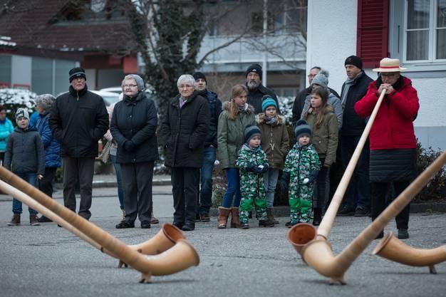 In Anwesenheit vieler Dorfbewohner fand die öffentliche Vernissage der neuen Weihnachtsbeleuchtung statt.