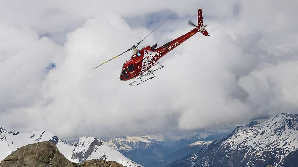 Ein Helikopter der Air Zermatt barg den Verunfallten am Montagmorgen. (Archivbild)
