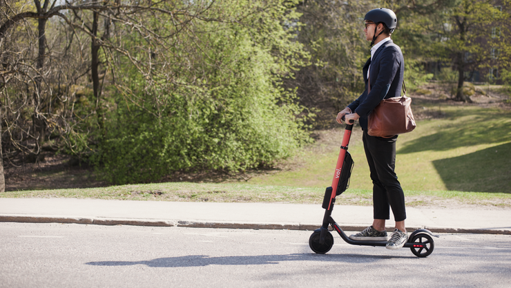 Die Scooter von «Voi», dem schwedischen Anbieter, werden modisch-urban angepriesen.