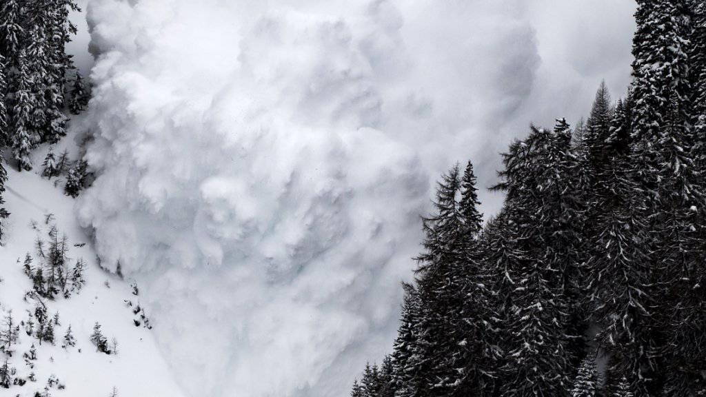 Die von Forschern künstlich ausgelöste Lawine raste unter genauester Beobachtung zahlreicher Messinstrumente ins Tal.
