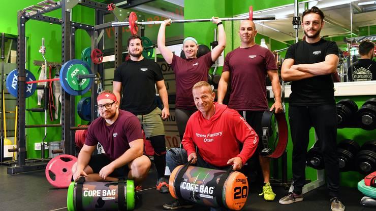 Powerlifting im Fitnessstudio Fitness Factory Olten:  von links Julian Kohler, Goran Glavas, Andrea Marx, Pascal Jörg, Matthias Braun und Lukas Frey.