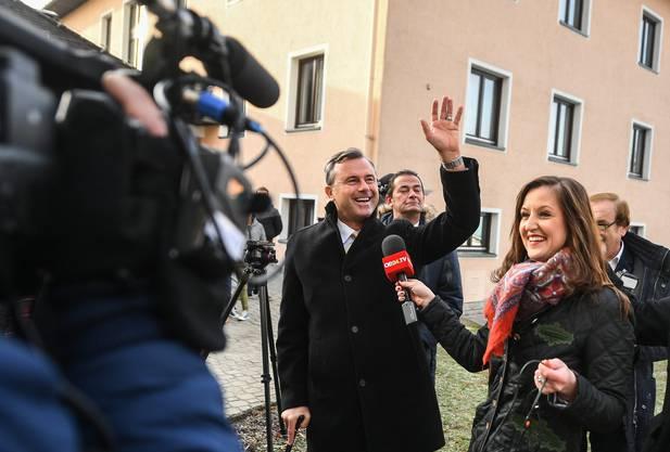 Der FPÖ-Kandidat von Kameras umringt.