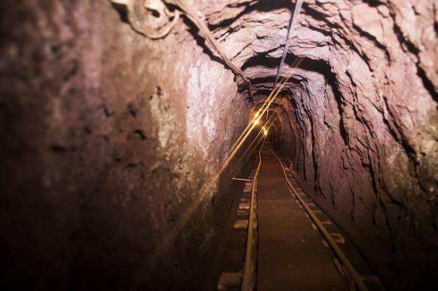 Die Stollen sind eng. Am Ende der Geleise befindet sich der Arbeitsplatz der Mineure.
