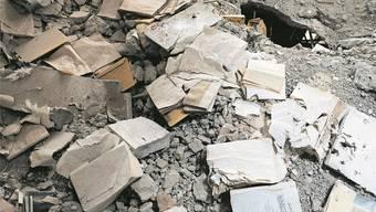 Verbrannte Bücher in der zerstörten Zentralbibliothek von Mossul nach der Okkupation von Mossul durch den IS.