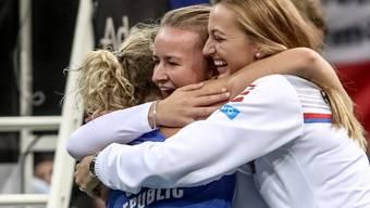 Barbora Krejcikova (Mitte) und Petra Kvitova feiern Katerina Siniakova, die den entscheidenden dritten Punkt holte
