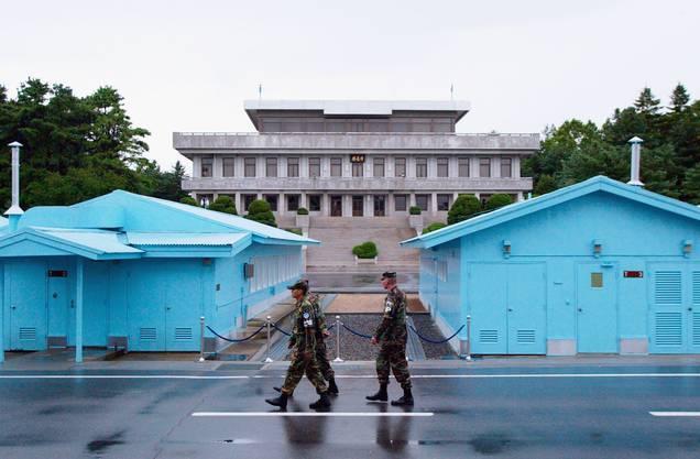 Demilitarisierte Zone in Panmunjeom (Korea): Nach dem Ende des Koreakrieges (1953) wurde zwischen Süd- und Nordkorea eine demilitarisierte Waffenstillstands-Zone geschaffen, welche die beiden Staaten trennte. Die Zone wurde entvölkert, auch die Siedlung Panmunjeom musste geräumt werden. Dort wurde der Kontrollpunkt eingerichtet, wo nord- und südkoreanische Grenztruppen die seltenen Übertritte zwischen Süd und Nord regeln.