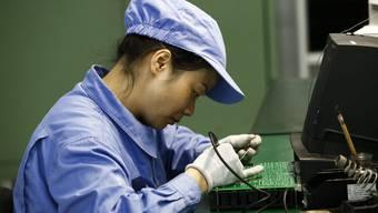 Eine Angestellte in einer chinesischen Fabrik.