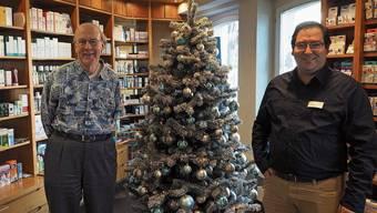 «Ein verfrühtes Weihnachtsgeschenk»: Hans-Ulrich Rufer, Inhaber der Löwen-Apotheke, mit Geschäftsführer Olivier Kreis.
