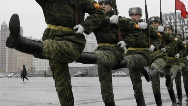 Soldaten üben für die Militärparade auf dem Roten Platz in Moskau