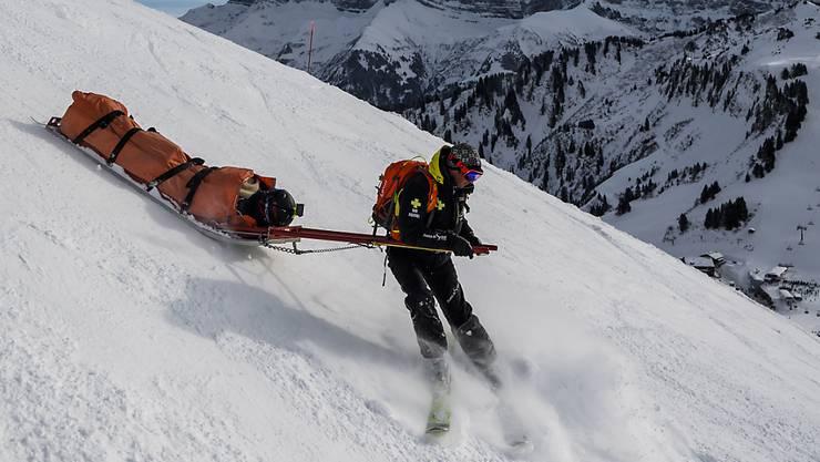 In Wengen ist ein Skifahrer in einen Befestigungsposten gefahren und gestorben.