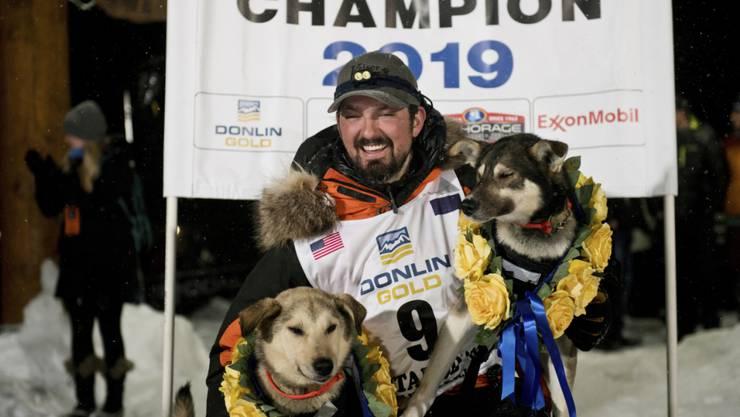 Iditarod-Sieger Peter Kaiser mit seinen Leithunden Morrow (links) und Lucy