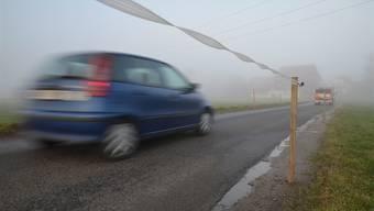 Anstatt Tempo 30 bremst eine Zäunung den Verkehr im Gebiet Hasli.