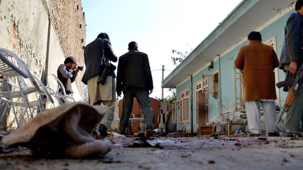 Vertreter der Sicherheitsbehörden untersuchen den Tatort nach einem Selbstmordanschlag vor dem Haus eines Provinzpolitikers im Osten Afghanistans.