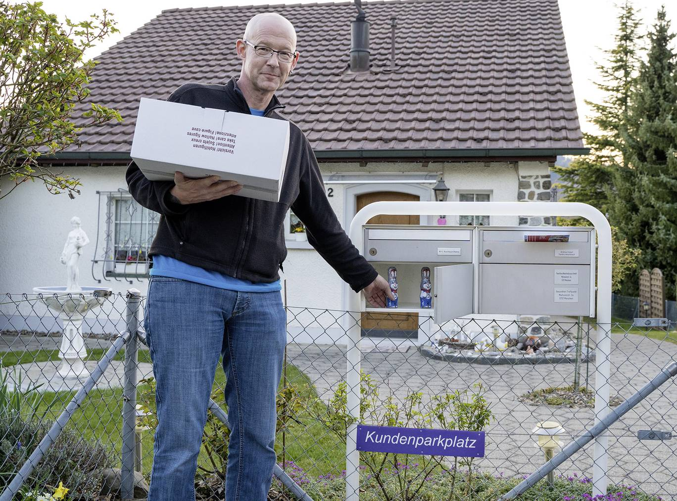 Nette Geste: Der Menziker Ammann Erich Bruderer verteilt Osterhasen im Rahmen von 975 Jahre Menziken.