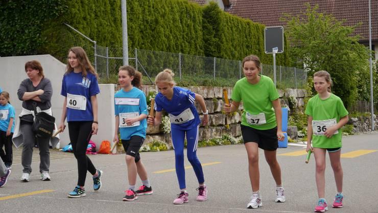 Die Läuferinnen begeben sich in die Startposition