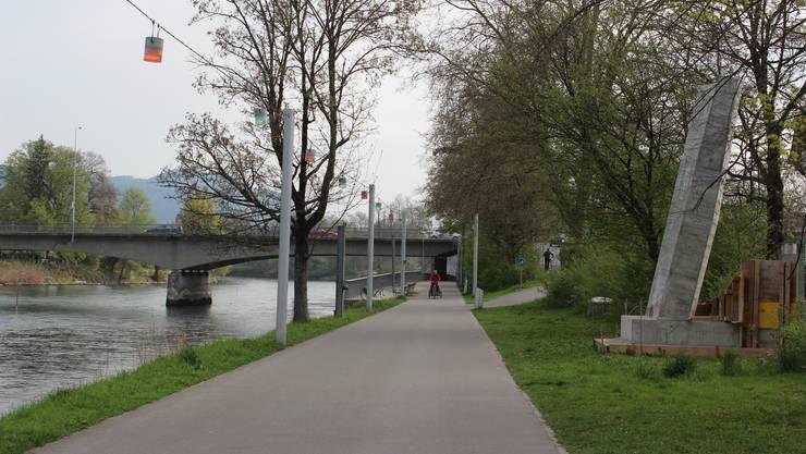 """In Aarau steht zwischen der Kettenbrücke und dem """"Summertime"""" bereit ein Mockup-Test für den Neubau der Brücke als """"Pont neuf""""."""