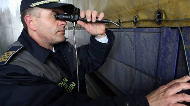 Ein rumänischer Zöllner kontrolliert ein Fahrzeug (Symbolbild)