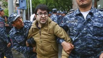 Die Polizei in Armenien führt zahlreiche Demonstranten bei Protestaktionen gegen die armenische Regierung ab.