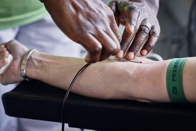 Die Blutentnahme dauert nur rund zehn Minuten. 450 Milliliter werden in dieser Zeit entnommen.