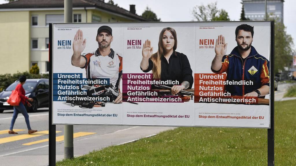 Plakate gegen das neuen Waffengesetz hingen im ganzen Land.