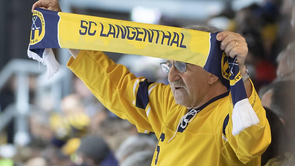 Der SC Langenthal (im Bild ein Fan) fordert in den Achtelfinals des Schweizer Cups den SC Bern