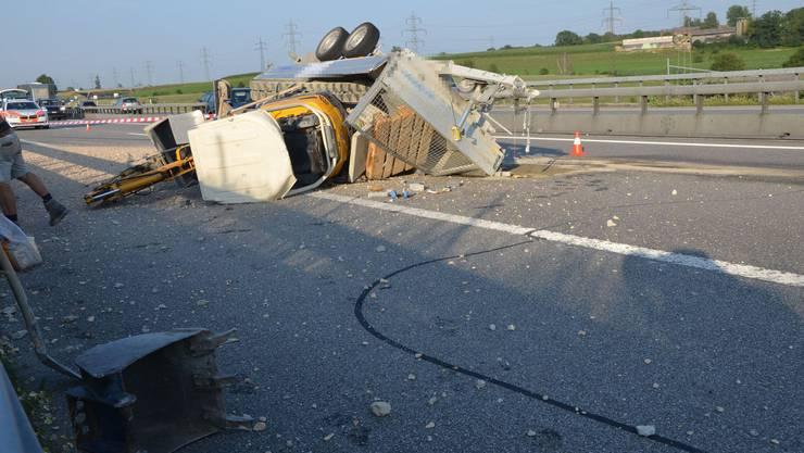 Umgekippter Anhänger blockiert in Niederbipp die Autobahn A1