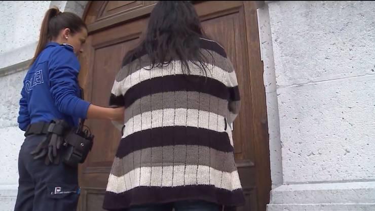 Hier betritt sie das Obergericht. Dieses verkürzte ihre Freiheitsstrafe wegen Menschenhandels und Förderung der Prostitution auf 4 Jahre.
