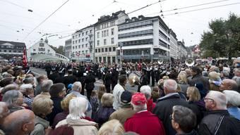 Tausende Besucher verfolgen den Umzug der Gastkantone Basel-Stadt, Basel-Landschaft und Jura