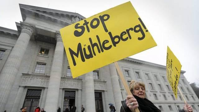 Eine Atomkraft-Gegnerin vor dem Bundesgericht in Lausanne