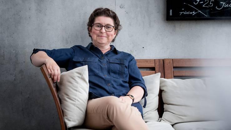 Der kühle Charme des Betons in ihrem Wohnzimmer widerspiegelt Sandra Morsteins sachliche Art des Politisierens.