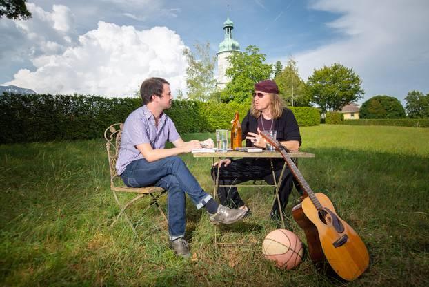 Nach virtuellem Start führen Remo Hess und Chris von Rohr ihr Gespräch in Solothurn fort.