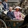 Der schwedische König Carl XVI. Gustaf und seine Frau, Königin Silvia, in einer offenen Kutsche vor dem Stockholmer Rathaus. Der Monarch feiert seinen 70. Geburtstag.