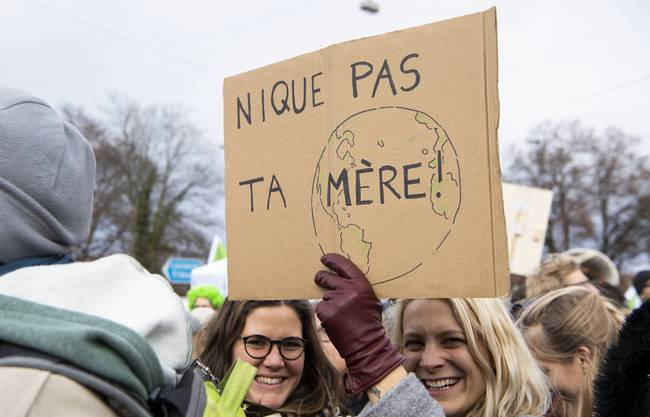 «F**ck deine Mutter nicht», haben diese Demonstrantinnen auf ihr Schild geschrieben.