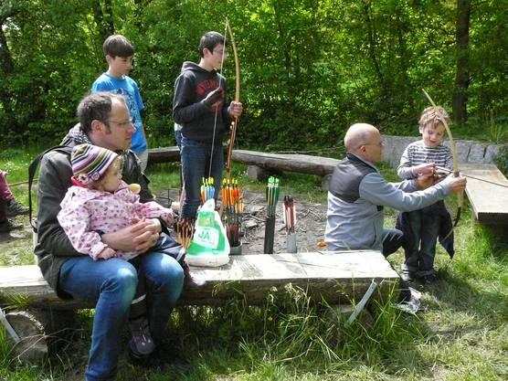 Erich Lustig zeigt den Kleinsten die Kunst des Bogenschiessens.