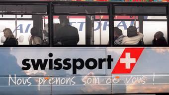 Swissport wechselt den Besitzer. Ein Zubringerbus des Unternehmens auf dem Flughafen in Nizza. (Archiv)