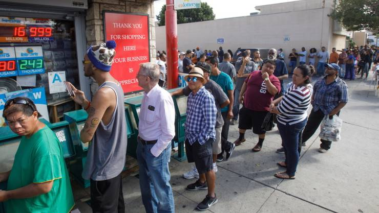 Lottospieler stehen Schlange am Dienstag in Hawthorne, Kalifornien.
