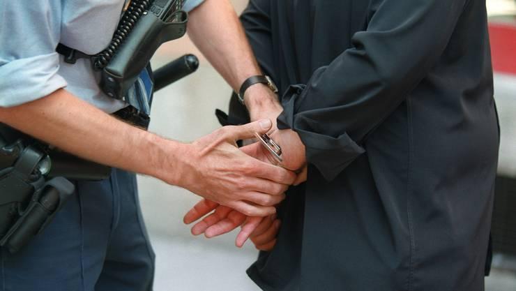 Der 16-jährige Schweizer wurde am Donnerstagmorgen verhaftet. (Symbolbild)