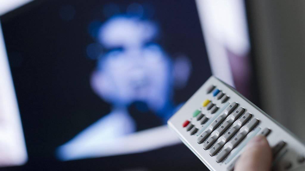 Zunehmend mehr Schweizerinnen und Schweizer bestimmen ihr Fernsehprogramm selbst - und schauen sich die Sendungen dann an, wenn es ihnen passt (Symbolbild).
