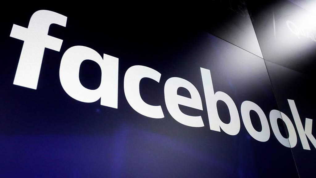 ARCHIV - Symbolbild - Das Logo von Facebook ist auf einem Bildschirm der Nasdaq am Time Square zu sehen. Facebook entfernte nun eine Funktion, Freundeslisten zu durchsuchen, um afghanische Nutzerkonten vor Angriffen nach der Machtübernahme durch die Taliban zu schützen. Foto: Richard Drew/AP/dpa