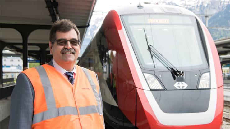 Stéphane Wettstein, CEO von Bombardier Schweiz, vor dem neuen SBB-Zug FV Dosto. KEYSTONE/Anthony Anex