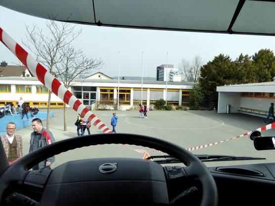 Dass vor dem Lastwagen eine ganze Schulklasse steht, würde man hinter dem Steuer nie denken.