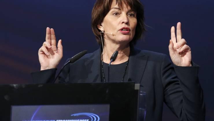 Energieministerin Doris Leuthard warnt davor, die Verhandlungen mit der EU über ein Rahmenabkommen abzubrechen. Das würde auch das hängige Stromabkommen gefährden - das koste Geld, viel Geld. (Archiv)